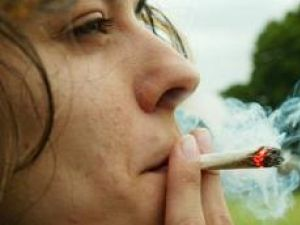 """Droguri """"la bucată"""": Afaceri cu ţigări cu cannabis, printre tinerii din Obcini"""