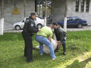 Scandal: O femeie a făcut circ două ore în faţa Parchetului