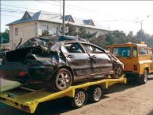 Atenţie şoferi!: O maşină făcută zob, plimbată de poliţişti prin Suceava