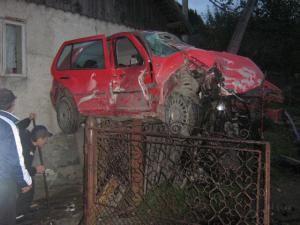 Din cauza vitezei: Patru răniţi, după ce o maşină s-a cocoţat pe gardul unei casei