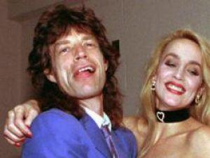 Autobiografie: Jerry Hall va scrie o carte cu detalii picante despre relaţia sa cu Mick Jagger