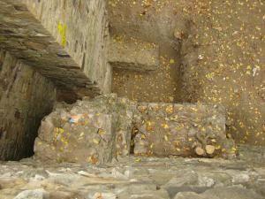 Săpături arheologice la baza zidului cetăţii