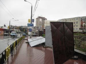 Panouri aruncate în stradă de o rafală de vânt