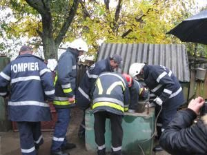 Omul era prins ca într-un cleşte în tubul de beton