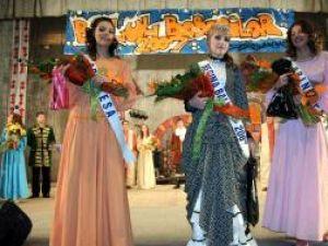 Olivia Cîrţu, prinţesă, Andreea Hofman, regina Balului, şi Adelina Apăvăloaie, principesă