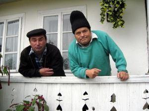 Nicolae Duceag (dreapta), discutând despre europarlamentare în cerdacul casei