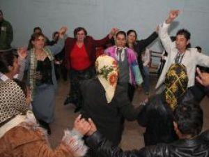 Familiile de ţigani din Şcheia, la un bal organizat doar pentru ei