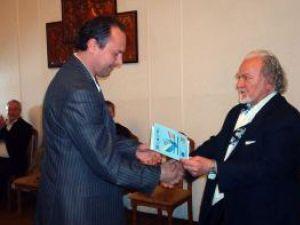 Regizorul Alecu G. Croitoru înmânând unul dintre premiile manifestării
