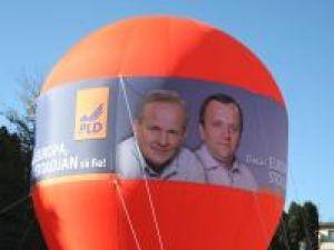 Balonul electoral, amplasat în faţa Casei de Cultură Suceava