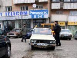 Ridicarea unui autovehicul abandonat în parcarea din intersecţia Mărăşeşti