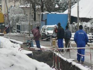 Munca la români. Pe strada Armenească nu se ştie când va veni căldura.
