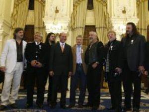 Recompensă: Membrii formaţiei Phoenix au fost decoraţi de preşedintele Băsescu