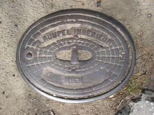 """Capacul din fontă cu inscripţia """"Rumpel Ingenieur-Wien"""", la locul din care a fost recuperat"""