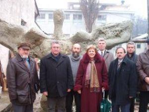Membrii comisiei de recepţie împreună cu sculptorul, lângă monumentul realizat din argilă
