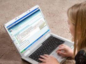 Sondaj: Adolescenţii se ascund în spatele messenger-ului