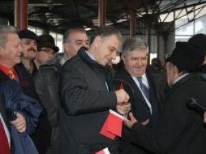 Mircea Geoană a împărţit autografe simpatizanţilor PSD din Rădăuţi