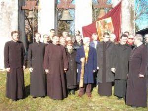 Breslaşii împreună cu preoţii şi însemnele breslei lângă zvoniţă