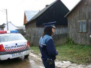 Agentul Laura Murariu discutând cu una dintre victimele hoaţei fără buletin
