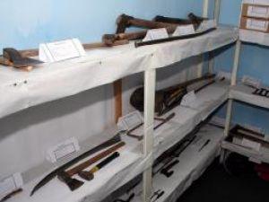 Săbii, cuţite, răngi şi topoare inventariate şi puse pe categorii