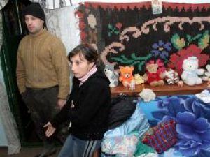 Mihai Todosia şi Doina Ştefan trăiesc într-un bloc dezafectat  care nu mai are mai uşi, geamuri, apă şi încălzire