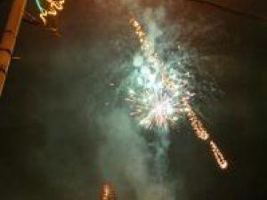 Mii de becuri colorate şi foc de artificii