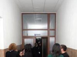 Unii avocaţi suceveni nu respectă legea şi fumează pe holul instituţiei