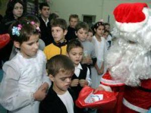 Foto: Moş Nicolae cu copii cu dizabilităţi