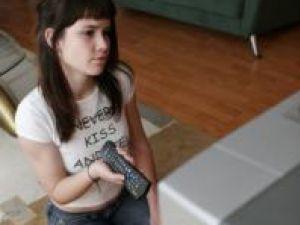 Studiu: Copiii învaţă de la televizor ce înseamnă vedetism, violenţă şi senzaţional