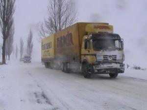 Vreme rea: Blocaje temporare şi restricţii de circulaţie pe drumurile din judeţ