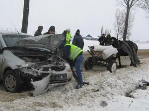 La un pas de tragedie: A lovit o căruţă în care se aflau trei oameni