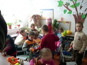 """Copiii de la Pătrăuţi se bucură de darurile făcute de micuţii de la """"Aşchiuţă"""""""