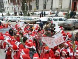 Colindători: Moşii Crăciun au invadat Suceava