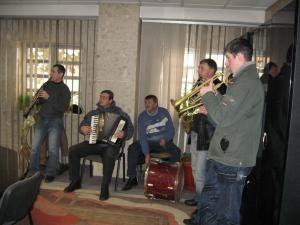 Spiritul sărbătorilor: Sute de colindători au asaltat Primăria Suceava