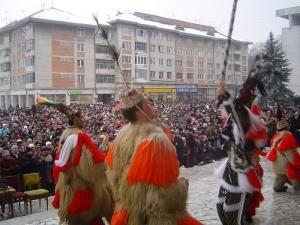 Astăzi: Alaiul măştilor şi parada portului popular