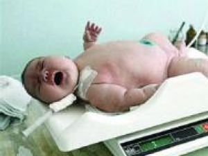 Maternitatea Suceava: 15 familii au primit câte un bebeluş de la moş Crăciun