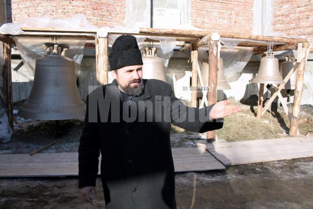 """Preotul paroh al Catedralei """"Naşterea Domnului"""" Suceava, Petru Argatu, explicând despre clopote"""
