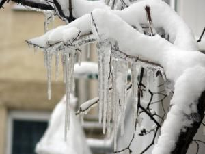 Ţurţurii de gheaţă, la tot pasul zilele acestea