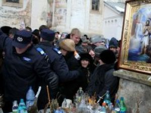La toate bisericile şi mănăstirile din judeţ s-a săvârşit ieri slujba de sfinţire a apei