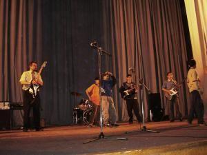 """""""CSC"""" este o trupă de muzică a copiilor de la Centrul Şcolar, condusă de profesorul Romeo Constantin Grosu"""