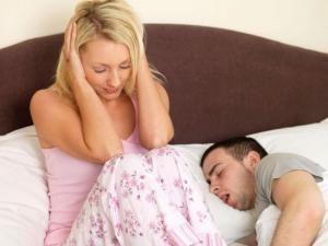 Sforăitul, un pericol pentru sănătatea partenerului
