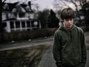 Atenţie!: Copiii rămaşi singuri acasă, expuşi abandonului şcolar şi problemelor psihice