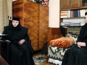 Maica Serafima (S), împreună cu sora sa, maica Heruvima (D), stareţa de la Dragomirna