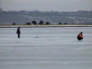 Flagrant: Filmaţi de jandarmi în timp ce întindeau plasele pentru a bracona peşte