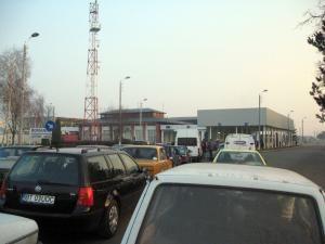 După deblocarea străzii s-au format cozi interminabile pe sensul de intrare în România, dinspre Ucraina