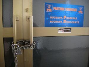 Ieri, pe uşa fostului sediu al Partidului Democrat a apărut un lanţ gros şi un lacăt, instalat cel mai probabil de reprezentanţii PSD.