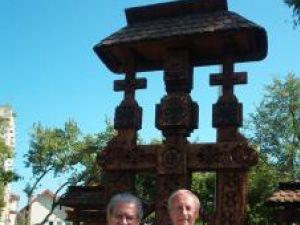 Ayrton Goncalves Celestino şi Radu Bercea lângă troiţa din parcul central din Gura Humorului