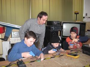 Profesorul Maftean, îndrumându-i pe micii electronişti