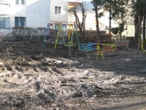 Stratul gros de noroi împiedică copiii să se joace în spaţiul special amenajat