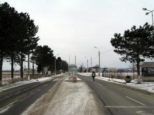 Toneta amplasată la intrarea în Punctul de Trecere a Frontierei Siret a fost mutată de curând în mijlocul drumului european 85.
