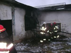 Luni după-amiază a izbucnit un incendiu la un gater din Rădăuţi
